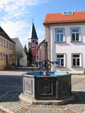 Brunnen am Hinteren Markt mit Kirche Allerheiligen