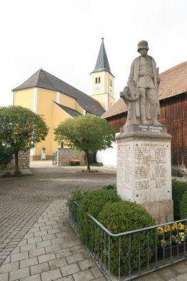 Kriegerdenkmal und Parrkirche St. Nikolaus