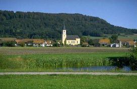 Ortsteil Reichertshofen mit Buchberg im Hintergrund